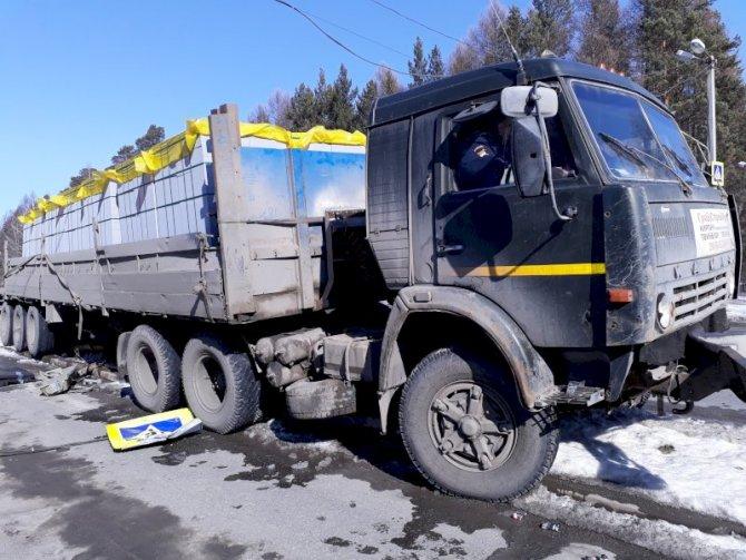 В Екатеринбурге КамАЗ снес светофор, и тот убил пешехода (1)