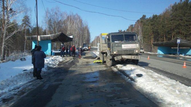 В Екатеринбурге КамАЗ снес светофор, и тот убил пешехода (2)