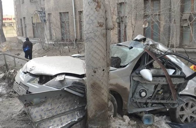 В Новосибирске иномарка врезалась в столб – погиб пассажир