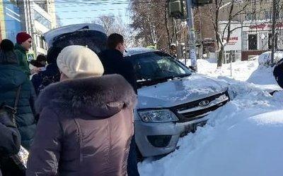 В Ижевске водитель «Лады» сбил женщину и ребенка на тротуаре
