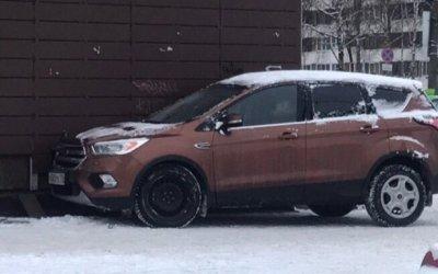 В Петербурге водитель иномарки умер за рулем и врезался в здание