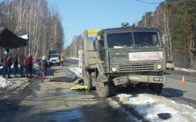 В Екатеринбурге КамАЗ снес светофор, и тот убил пешехода