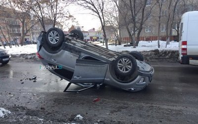 В Барнауле опрокинулась иномарка