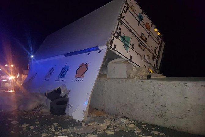 В Сочи погиб водитель опрокинувшегося грузовика (2)