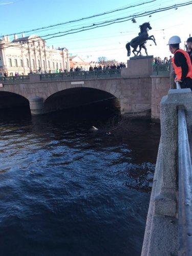В центре Петербурга BMW сбила людей на тротуаре (2)