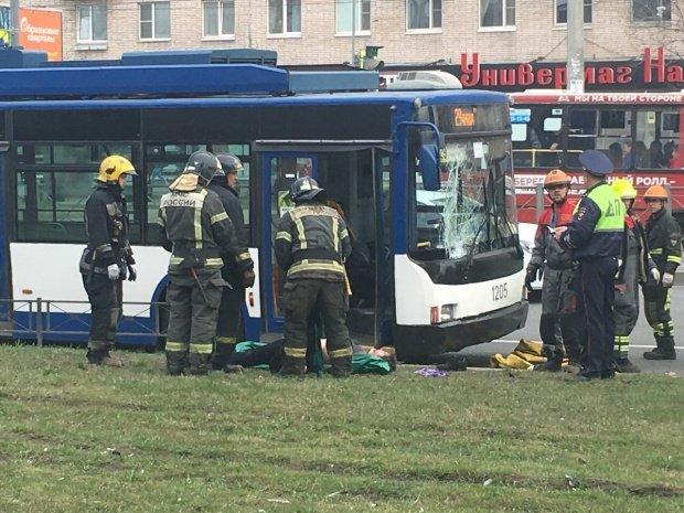 В Петербурге троллейбус насмерть сбил женщину (2)