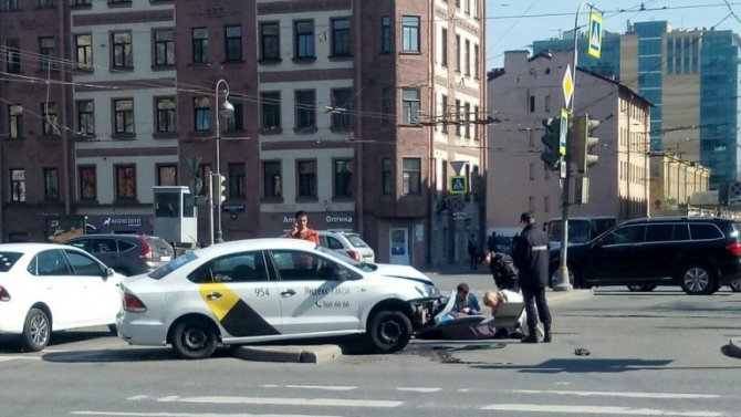 Такси сбило женщину в Петербурге у станции метро Электросила