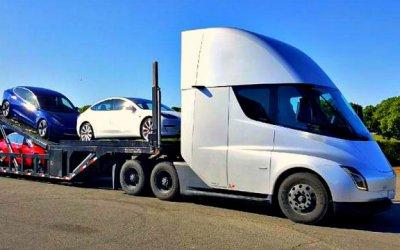 Электрогрузовик Tesla возит покупателям легковые электромобили