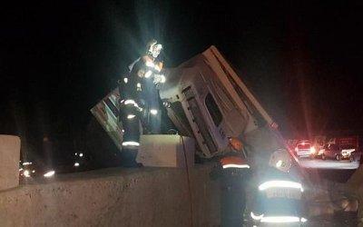 В Сочи погиб водитель опрокинувшегося грузовика