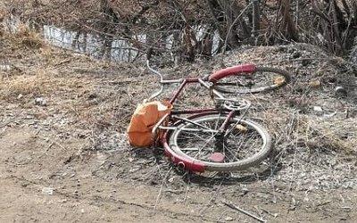 В Омске велосипедист упал под фуру и погиб