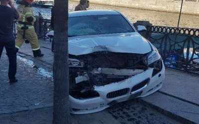 В центре Петербурга BMW сбила людей на тротуаре