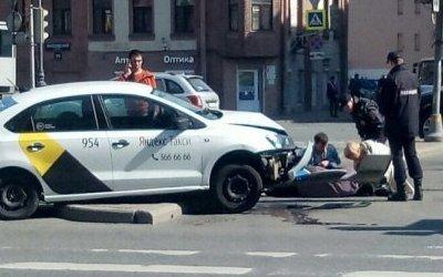 Такси сбило женщину в Петербурге у станции метро