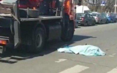 В Петербурге КамАз насмерть сбил девушку на самокате