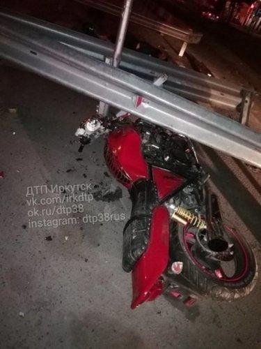 В Иркутске мотоциклист погиб, врезавшись в ограждение