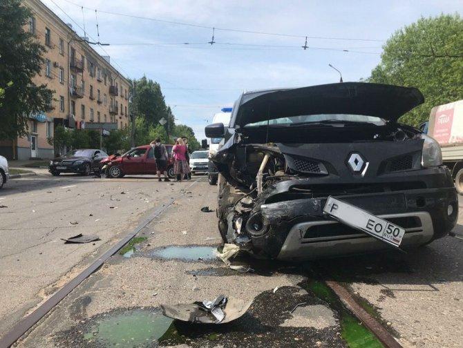 В Твери столкнулись три автомобиля
