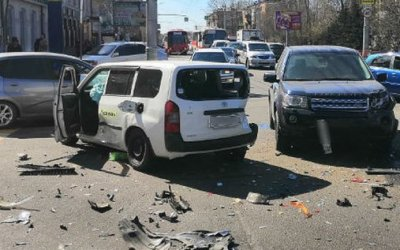 Двое мужчин пострадали в тройном ДТП в Иркутске