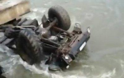 На Сахалине грузовик упал в реку – погибли четверо