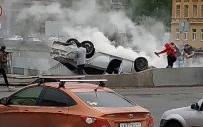 В Петербурге на Обводном опрокинулся автомобиль