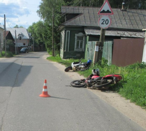 Четыре человека получили травмы в ДТП с мотоциклом в Ярославской области