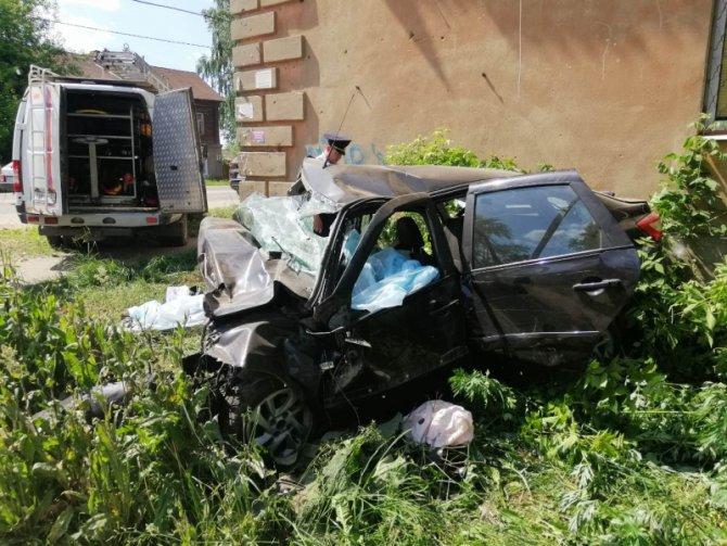 В Иванове машина врезалась в дом – погибли четверо (1)