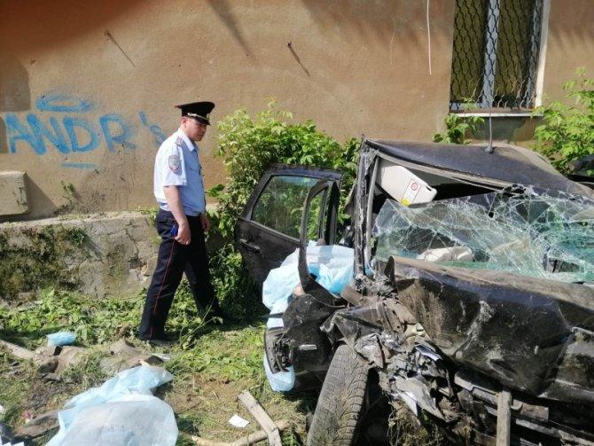 В Иванове машина врезалась в дом – погибли четверо (4)