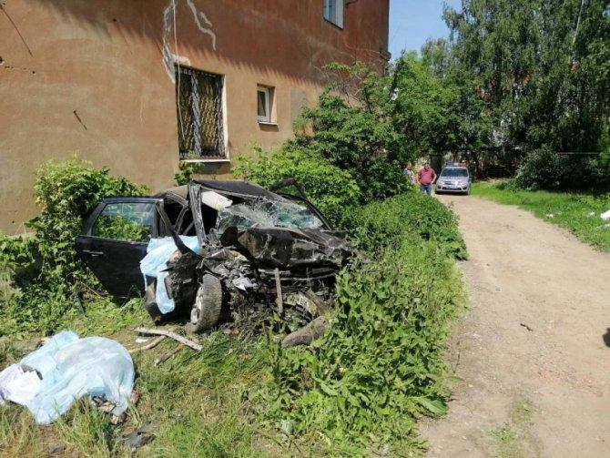 В Иванове машина врезалась в дом – погибли четверо (3)