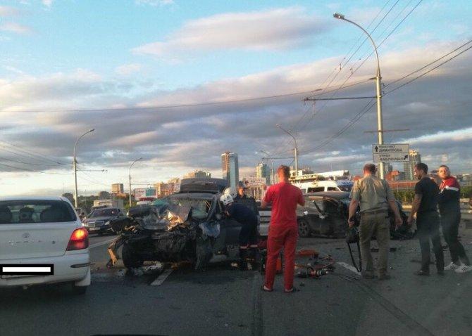 Четыре человека пострадали в массовом ДТП в Новосибирске