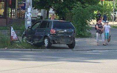 В Смоленске легковушка после ДТП вылетела на тротуар