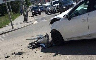 В Екатеринбурге автомобиль на тротуаре сбил коляску с ребенком