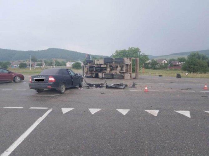 Два человека пострадали в ДТП с КамАЗом в Краснодарском крае