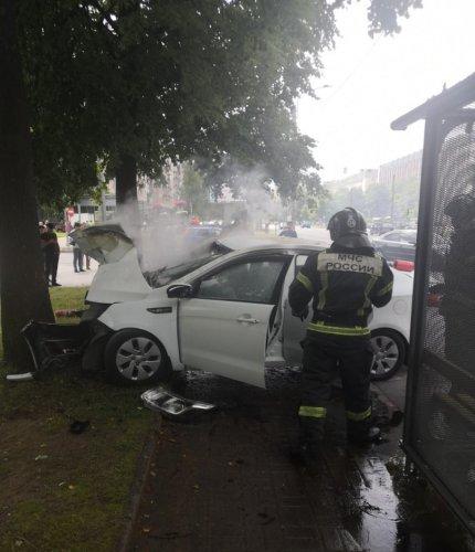 В Петербурге иномарка врезалась в дерево – погиб 19-летний пассажир (2)