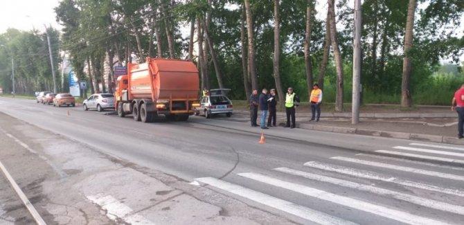 В Новосибирске мусоровоз сбил двух девушек на переходе – одна погибла
