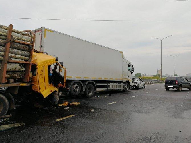 Водитель лесовоза погиб в массовом ДТП в Набережных Челнах (1)