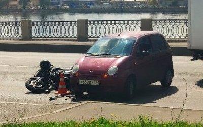 На Октябрьской набережной в ДТП пострадал мотоциклист