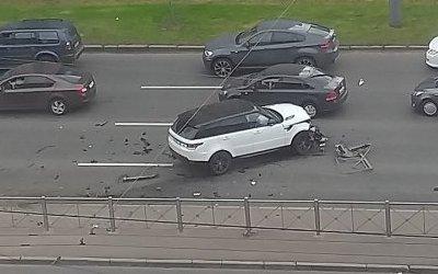 На проспекте Славы вПетербурге Range Rover пробил ограждение