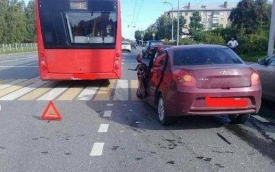 В Казани автобус проехал на красный и врезался в иномарку