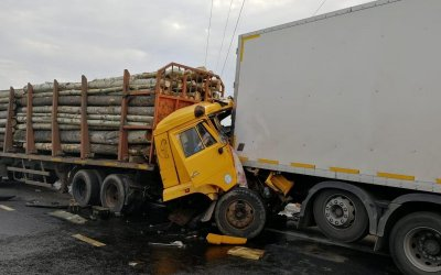 Водитель лесовоза погиб в массовом ДТП в Набережных Челнах