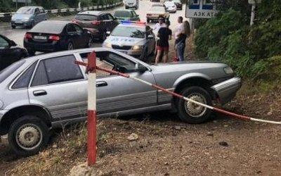 В Ялте автомобиль сбил девочку на тротуаре