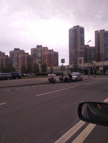 В Петербурге ВАЗ сбил двух пешеходов на тротуаре (1)