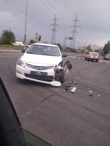 В Петербурге ВАЗ сбил двух пешеходов на тротуаре (2)