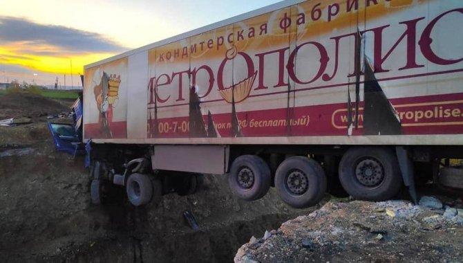 В Татарстане фура зависла над ямой – водитель погиб (1)