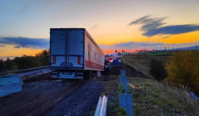В Татарстане фура зависла над ямой – водитель погиб (2)