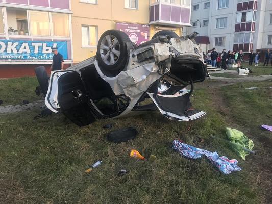В Ангарске иномарка сбила пешеходов и опрокинулась – погибла девушка