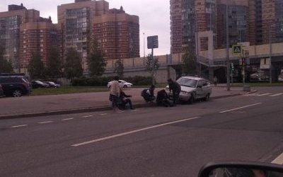 В Петербурге ВАЗ сбил двух пешеходов на тротуаре