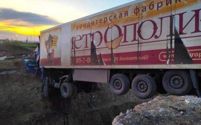 В Татарстане фура зависла над ямой – водитель погиб