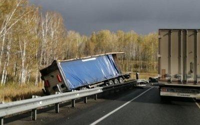 Водитель грузовика погиб в ДТП в Тюменской области