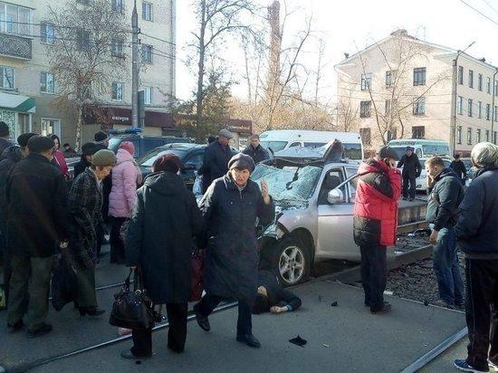 В Улан-Удэ машина врезалась в остановку – погибли люди (1)