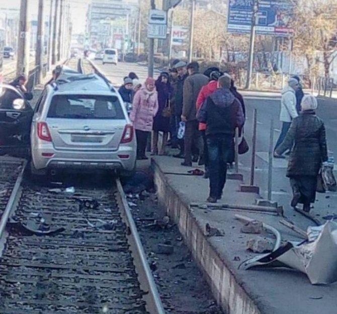 В Улан-Удэ машина врезалась в остановку – погибли люди (2)