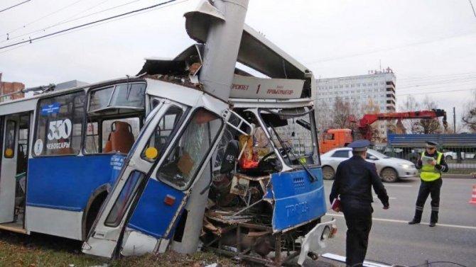 В Чебоксарах троллейбус врезался в столб – пострадали 26 человек