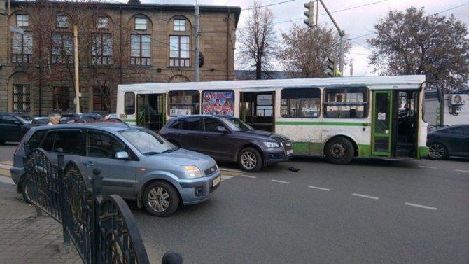 В Ярославле 3 нелепых аварии перекрыли движение целого перекрестка - появилось видео с места ДТП